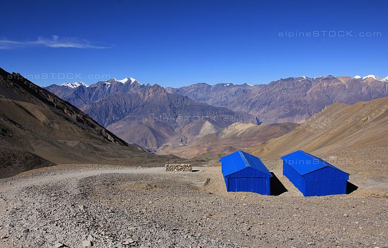 Blue shelter on the way to Muktinath
