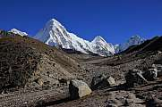 Trail leading towards Everest base camp and mount Pumori