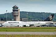 Ed Force One rollt am Tower vorbei Zürich Airport
