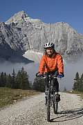 Bikerin auf Tour in Tirol